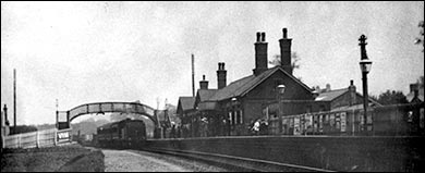 A picture showing a train from Higham Ferrers pulling in to Rushden Station.